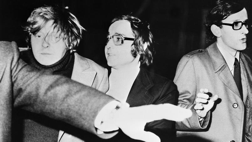 À gauche, Patrick Henry, le meurtrier du petit Philippe Bertrand, est emmené par les policiers après son arrestation, le 18 février 1976 à Troyes.