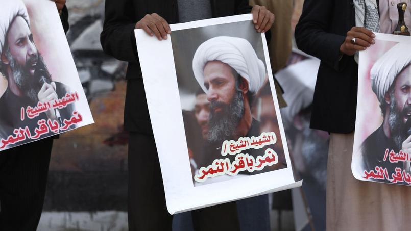 Des rebelles Houthistes tiennent des pancartes représentant al-Nimr, le leader religieux chiite exécuté par l'Arabie saoudite.