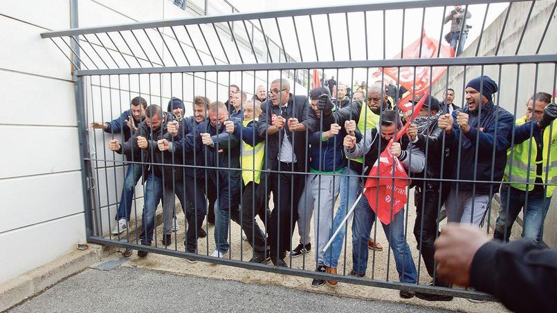 Des syndicalistes d'Air France manifestent contre les réductions d'effectifs, en octobre dernier à Roissy.