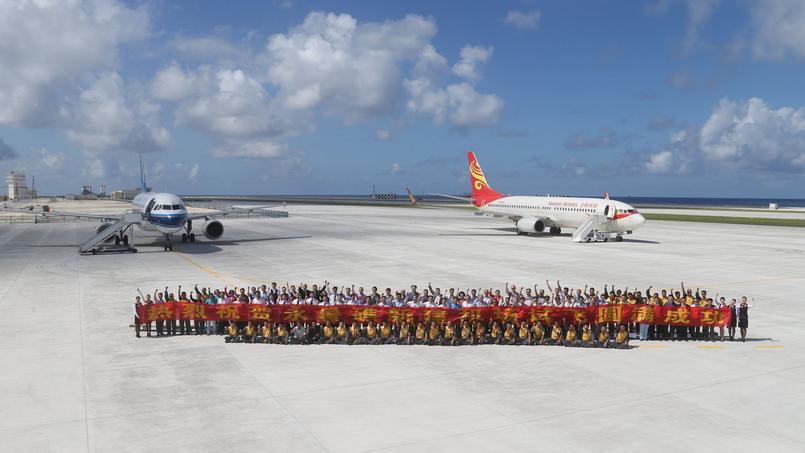 Photo de groupe après l'atterrissage des avions chinois sur l'ile de Spratley.