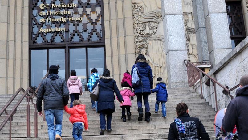 Des visiteurs de la Cité nationale de l'Histoire de l'immigration.