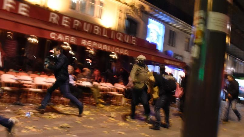 Des citoyens fuyant les environs du square de la place de la République le 13 novembre dernier.