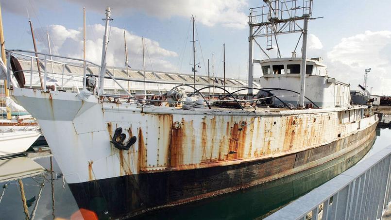 La célèbre Calypso, le bateau océanographique du commandant Cousteau (sur la photo dans le port de la Rochelle en 2004), qui rouille dans un hangar à Concarneau depuis 9 ans, pourrait bientôt être remise à l'eau.