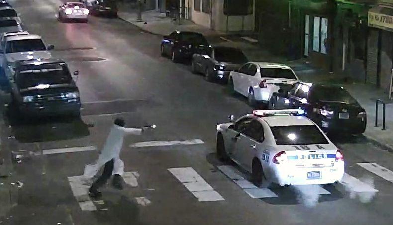 Edward Archer qui se dirige vers la voiture de police avec une arme