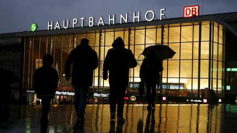 Des passants devant la gare de Cologne, le 7 janvier.