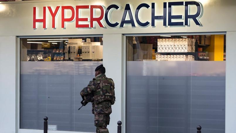 Depuis les attentats, des policiers sont présents devant le magasin de la porte de Vincennes