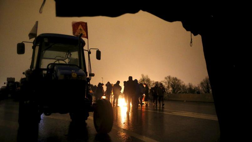 Ce samedi après-midi, les manifestants arrivent sur le périphérique de Nantes pour protéster contre le projet d'aéroport de Notre-Dame-des-Landes.