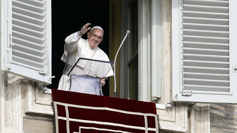 Le pape François le 3 janvier, salue la foule place Saint Pierre.