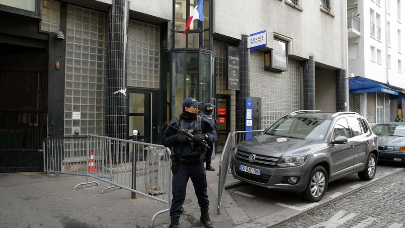 Un an jour pour jour après les attentats contre le journal Charlie Hebdo, le suspect est arrivé en courant vers les policiers en faction devant le commissariat de la Goutte d'Or, un quartier populaire de Paris, en brandissant un hachoir de boucher, et muni d'un dispositif explosif factice.