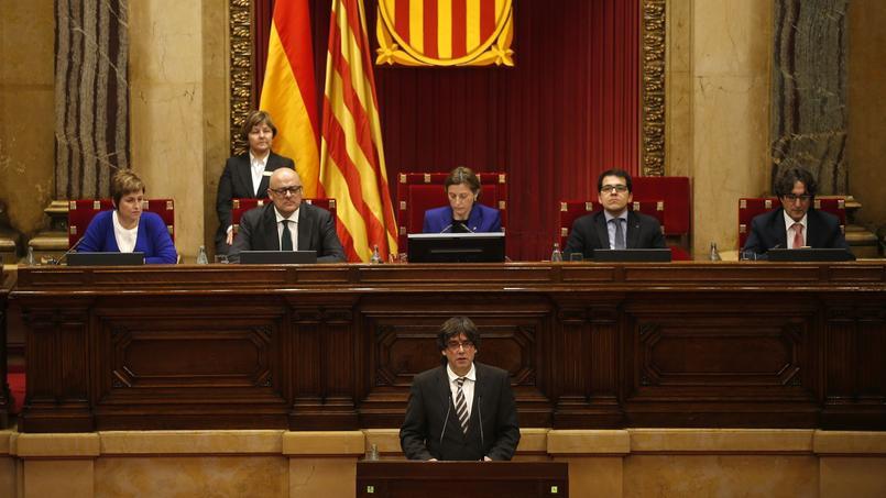 Le nouveau président régional de la catalogne, Carles Puigdemont, lors de la session d'investiture au Parlement, dimanche à Barcelone.