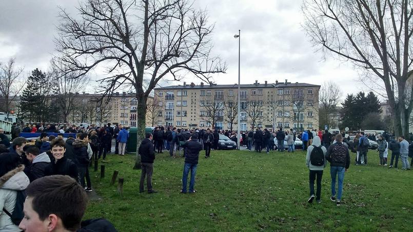 Les élèves du lycée Mireille-Grenet, à Compiègne, ont été éloignés de l'établissement le temps que des fouilles soient menées par la police.