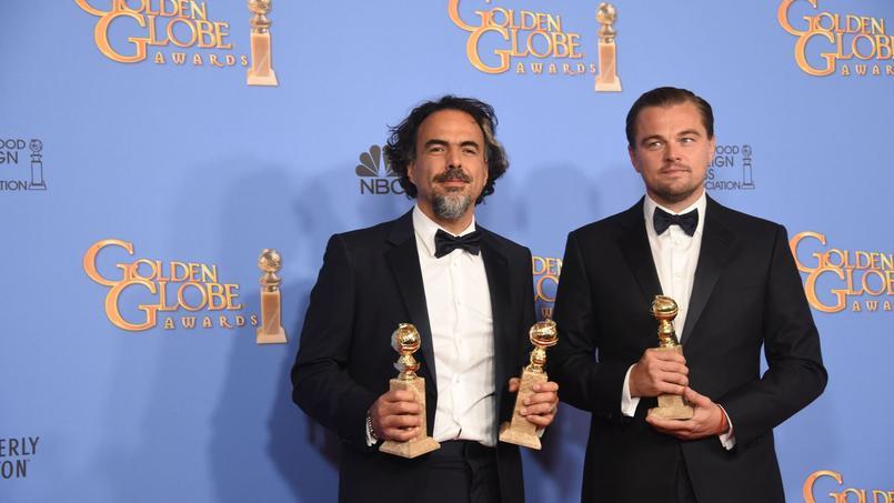 Le réalisateur Alejandro Iñárritu et Leonardo di Caprio posent avec leurs récompenses à la fin d'une cérémonie dont ils sont les grands vainqueurs avec Seul sur Mars de Ridley Scott.