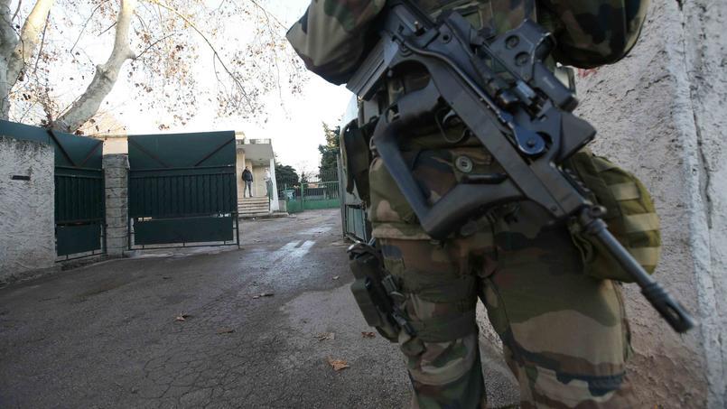Un militaire monte la garde devant l'école ce lundi.