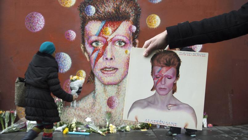 Toute la journée, une foule de fans de David Bowie a déposé des fleurs au pied de la peinture murale qui orne un mur du quartier de Brixton, à Londres, à quelques mètres de l'endroit où David Jones est né le 8 janvier 1947.