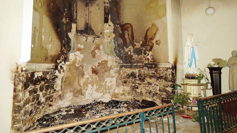 L'intérieur de l'église Saint-Louis de Fontainebleau, dévasté par les flammes