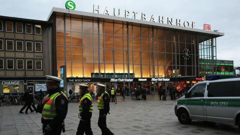 Des policiers patrouillent devant la gare centrale de Cologne.