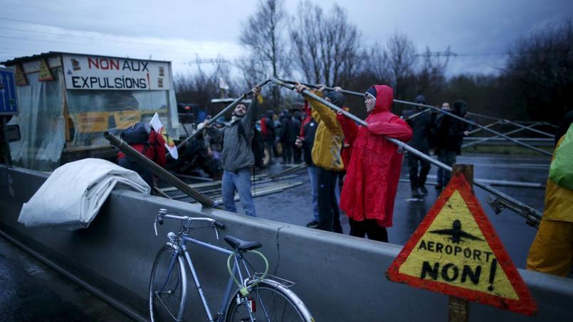 Des manifestants montent un tivoli sur le périphérique nantais, samedi, lors de la mobilisation des anti-aéroport de Notre-Dame-des-Landes. Lundi et mardi, des opposants ont de nouveau mené des actions de blocages et barrages filtrants sur certaines routes de Loire-Atlantique.
