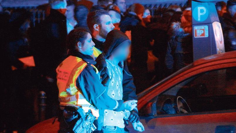 Arrestation d'un délinquant par les forces de l'ordre, à Cologne lors de la nuit de la Saint-Sylvestre.