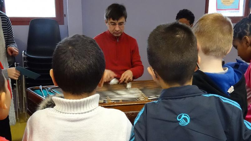 L'atelier «intergénérationel» du 11 janvier 2015. Des collégiens partagent ce moment d'éveil musical au cymbalum avec six personnes âgées.