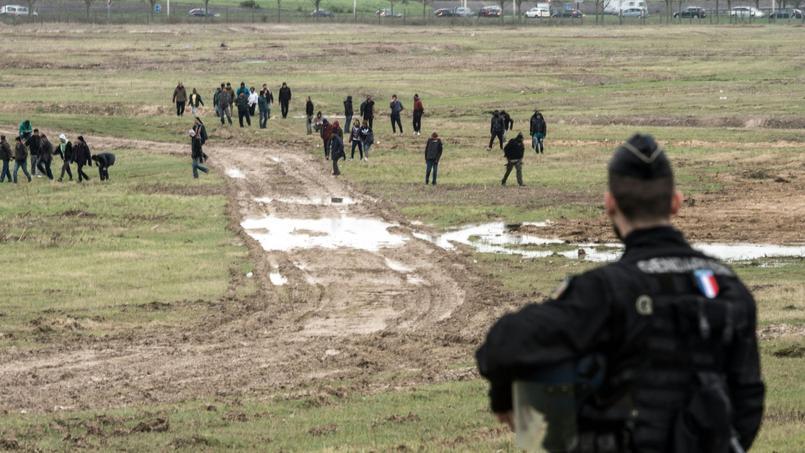 À Coquelles, près de Calais, le terminal Eurotunnel est bâti sur une zone marécageuse, que les migrants empruntaient pour rejoindre les voies.