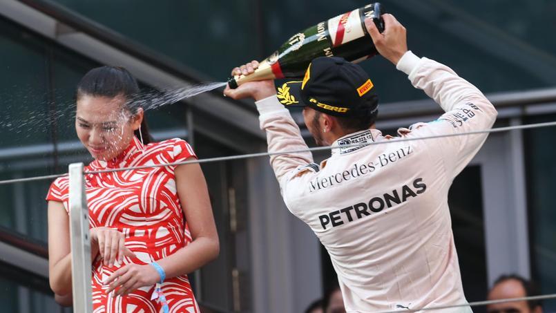 Lewis Hamilton asperge une hôtesse sur le poduim du Grand Prix de Chine 2015.