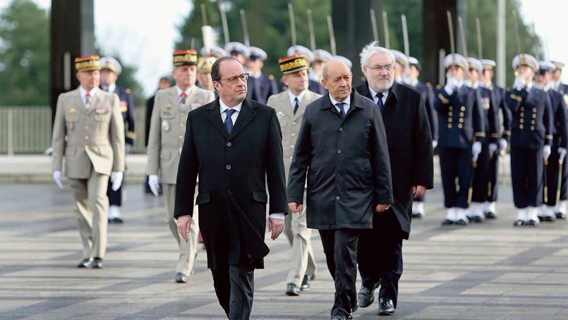 François Hollande accompagné de Jean-Yves Le Drian pendant la cérémonie des vœux aux armées devant les élèves des écoles militaires de Saint-Cyr Coëtquidan, à Guer, dans le Morbihan.
