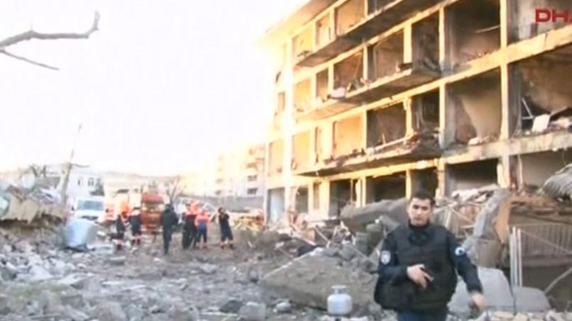 Des images diffusées par les médias montraient la façade dévastée d'un immeuble résidentiel réservé aux policiers et à leurs proches situé à proximité du commissariat.
