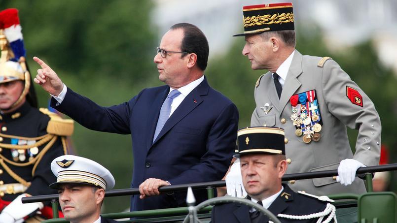 François Hollande et le général Pierre de Villiers, lors de la Fête nationale du 14 juillet 2015.