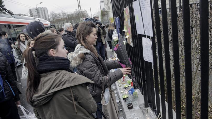 Des bougies et des bouquets ont été déposés jeudi devant le lycée Saint-Exupéry à Lyon en hommage aux victimes de l'avalanche où deux lycéens ont trouvé la mort, mercredi, aux Deux-Alpes.