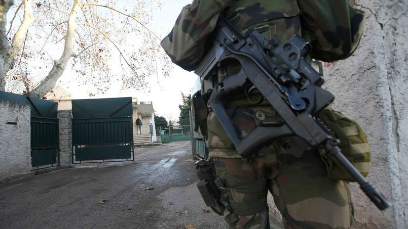 Un soldat devant l'entrée de l'institut franco-hébraïque La Source ou enseignait la victime.