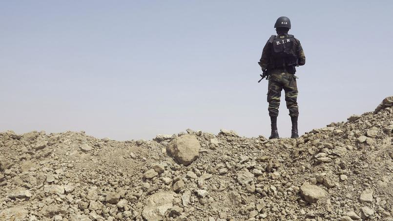 Un soldat camerounais surveille l'entrée de la localité de Fotokol, prise pour cible par Boko Haram.