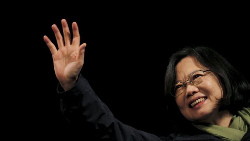 Tsai Ing-wen salue ses partisans venus l'acclamer, samedi soir à Taipei.