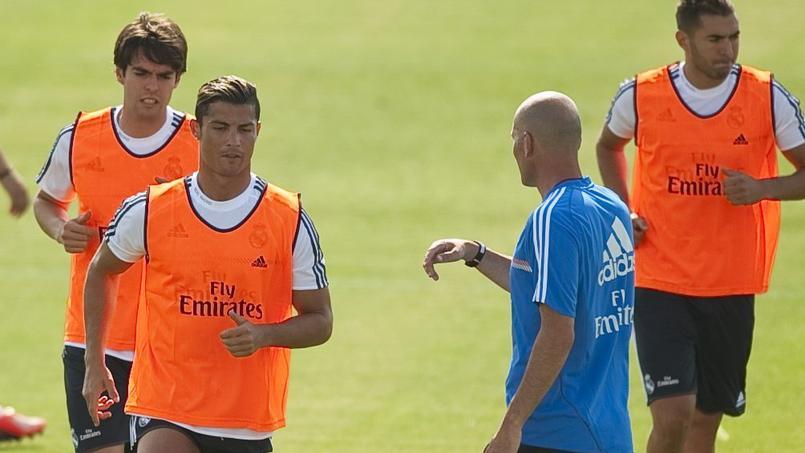 Cristiano Ronaldo à l'entraînement sous la direction de Zinédine Zidane (en bleu).