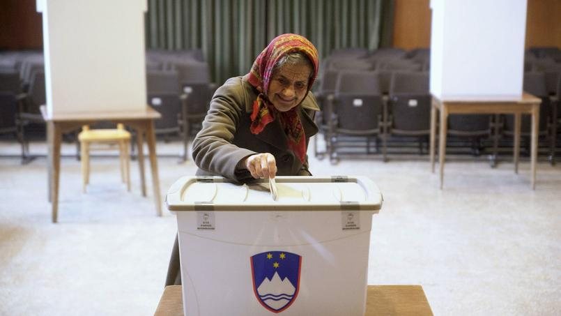 Femme dans un bureau de vote slovène, Sora, 20 décembre 2015