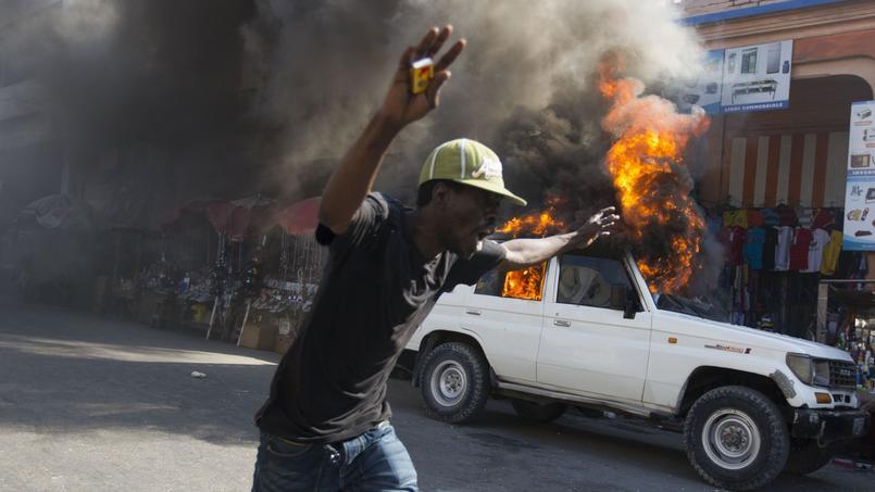 Plusieurs voitures ont été incendiées, lundi, à Port-au-Prince.