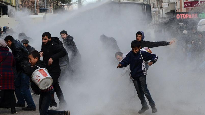 Manifestation violemment réprimée dans le sud-est de la Turquie en proie à une offensive sanglante de l'armée turque contre les membres du PKK, le 17 janvier.