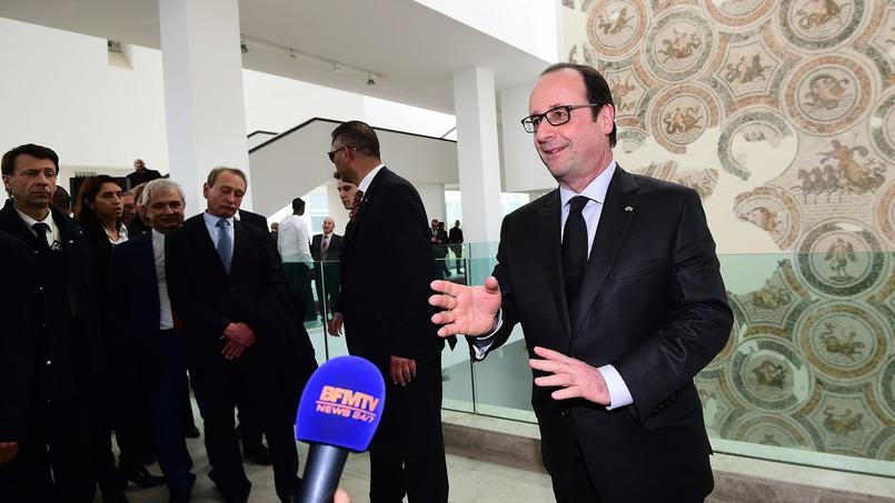 Hollande prend ses distances avec la presse