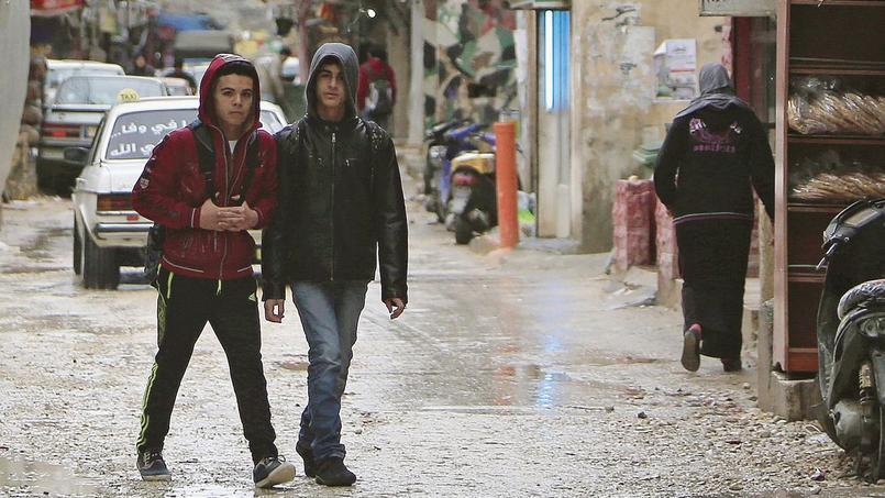 Des écoliers dans la rue du camp de réfugiés d'Ain al-Hilweh, à proximité de Sidon, dans le sud du Liban.
