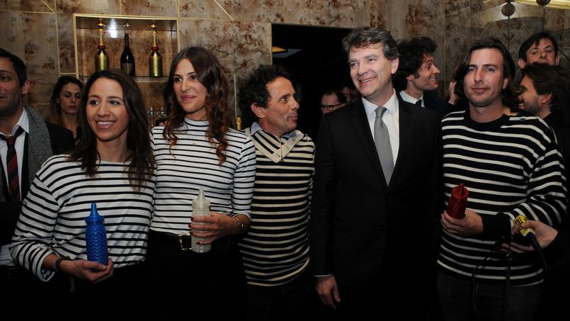Arnaud Montebourg, mardi soir, entouré des lauréats du concours Babybrand.