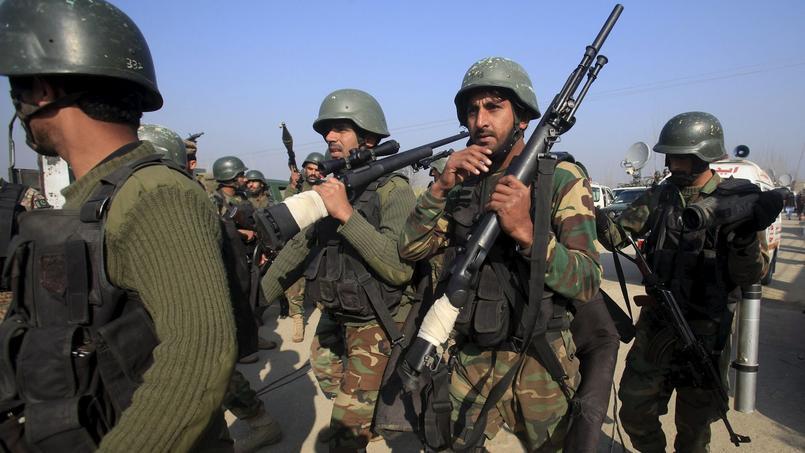 Des soldats interviennent dans l'université de Charsadda.