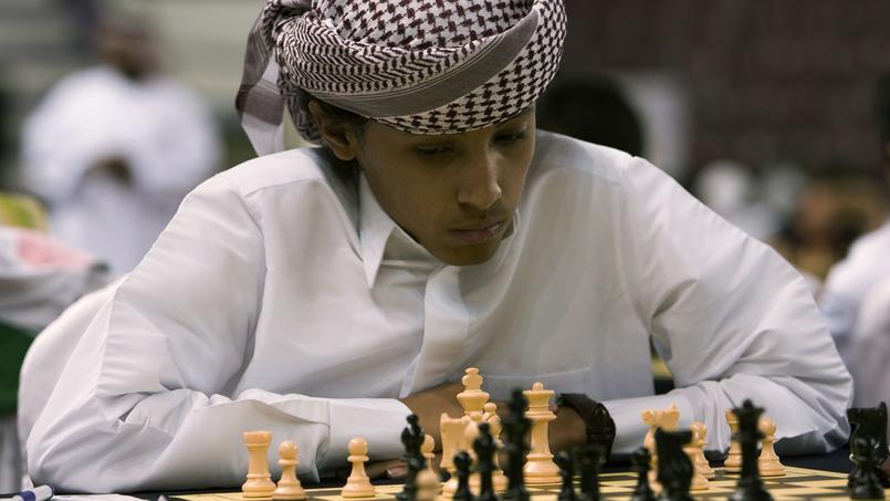 Un Saoudien joue aux échecs aux Émirats Arabe Unis. Crédits photo: REUTERS/Ahmed Jadallah
