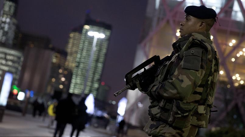 Un militaire monte la garde dans le quartier de La Défense, le 24 novembre à Paris.
