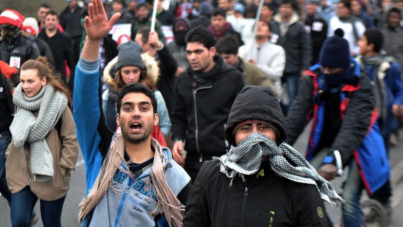2000 personnes ont défilé dans les rues de Calais en soutien aux migrants.