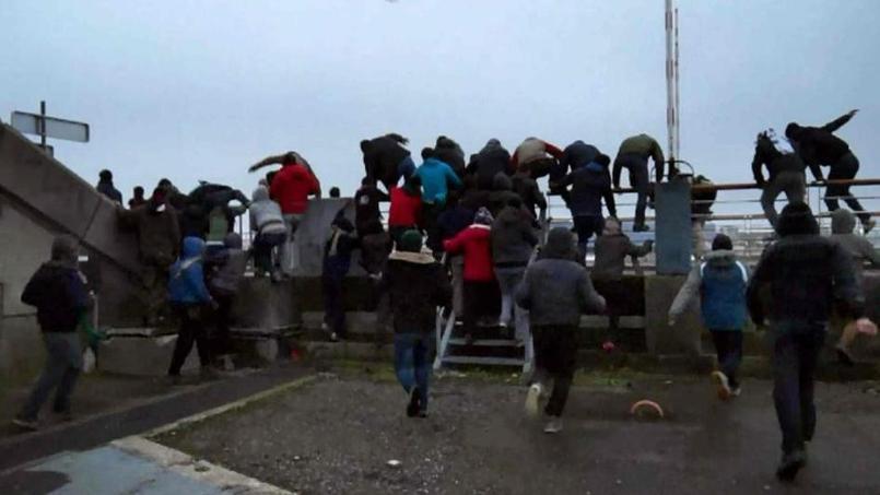 Des dizaines de migrants courent samedi en direction du ferry britannique.