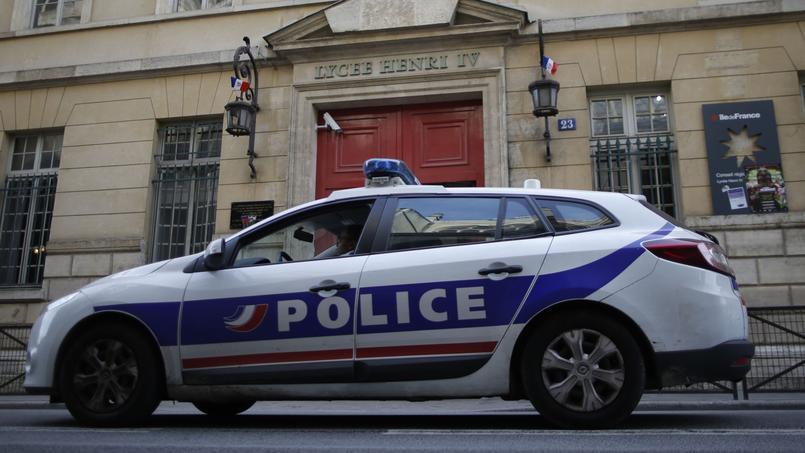 Une voiture de police devant le lycée Henri-IV, ce mardi. Crédits photo: REUTERS/Christian Hartmann