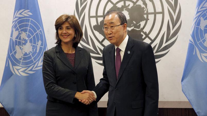 La ministre colombienne des Affaires étrangères, Maria Angela Holguin, en compagnie du Secrétaire général des Nations Unies, Ban Ki-moon, après le vote du Conseil de Sécurité en faveur de la demande conjointe du gouvernement colombien et des Farc.
