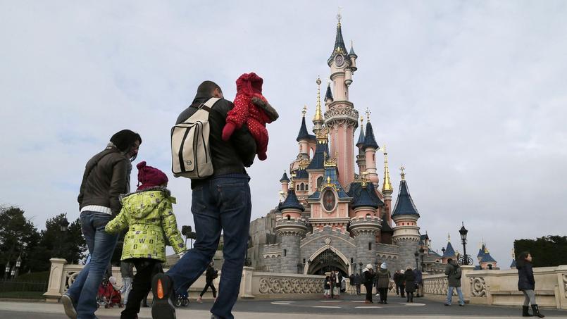 Des touristes se promènent dans le parc Disneyland Paris.
