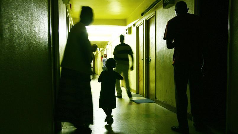 Des personnes s'affairent dans les couloirs du squat géant de Cachan dont les habitants avaient organisé une opération «portes ouvertes», le 31 juillet 2006, pour témoigner de leurs conditions de vie.