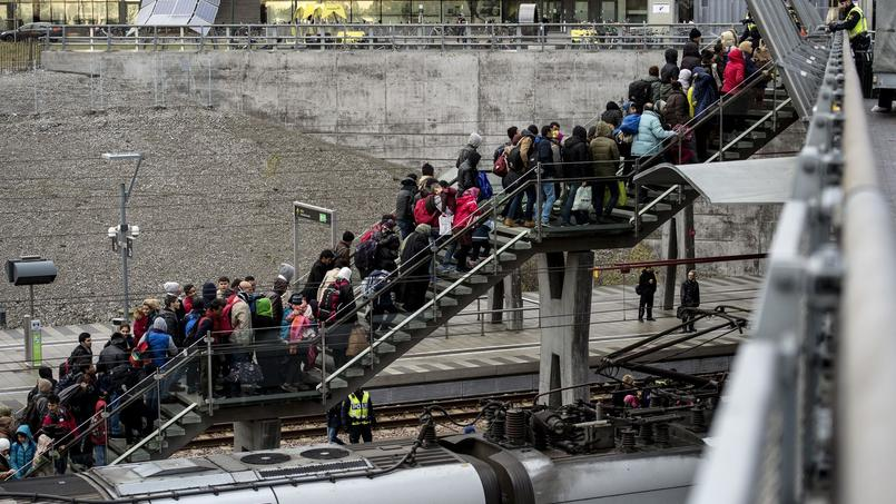 Des files de migrants arrivant par trains du Danemark. Novembre 2015.