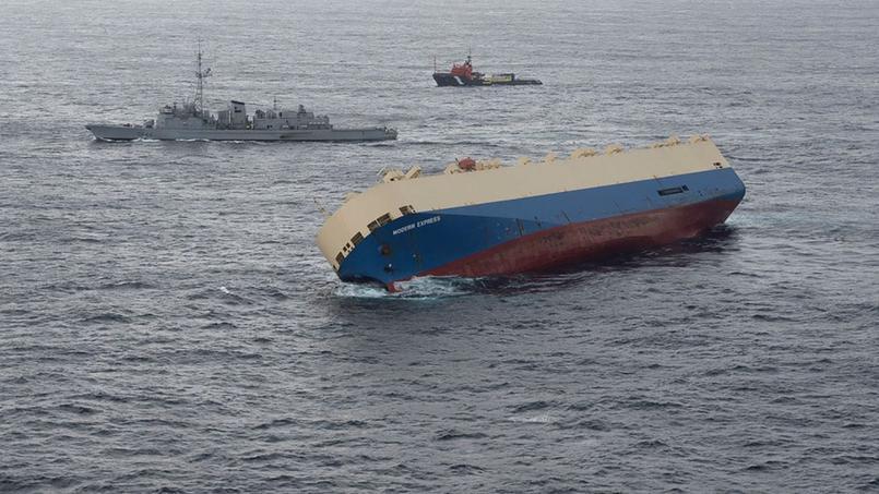 Une frégate française de lutte anti-sous-marine avec à bord un hélicoptère est sur la zone, avec des remorqueurs et des experts d'une société de sauvetage mandatée par l'armateur.